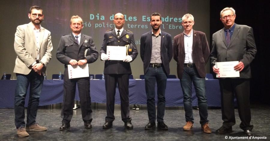 L'inspector de la Policia Local d'Amposta, Josep Massana, l'agent Ramon Nadal i l'Hospital Comarcal d'Amposta condecorats durant el Dia de les Esquadres